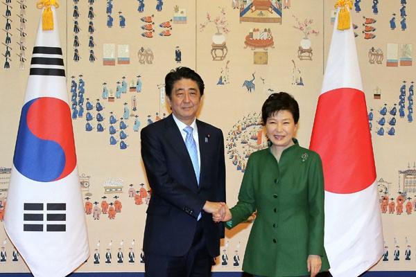 安倍晉三和朴槿惠在首爾青瓦台舉行兩人上任以來首次正式雙邊會談。(法新社)