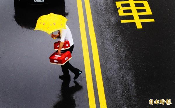 氣象局今天凌晨3點多對新北市、基隆市及宜蘭縣發布大雨特報,請這些區域的民眾特別留意。(資料照)