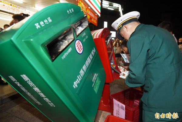 中華郵政公司徵郵差,卻出現考文學家父子檔的題目,被考生批評。圖為中華郵政推出「歪腰郵筒」活動。(資料照,記者朱沛雄攝)