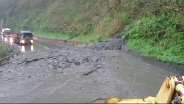 台九線蘇花公路112.3K處邊坡,因大雨不斷,下午3點發生土石流,造成道路中斷。(圖︰公路總局南澳工務段提供)