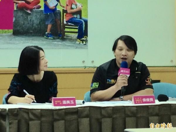 台南市教育產業工會理事長侯俊良(右)表示,老師不擔心評鑑,但擔心做沒有意義的事情。(記者林曉雲攝)