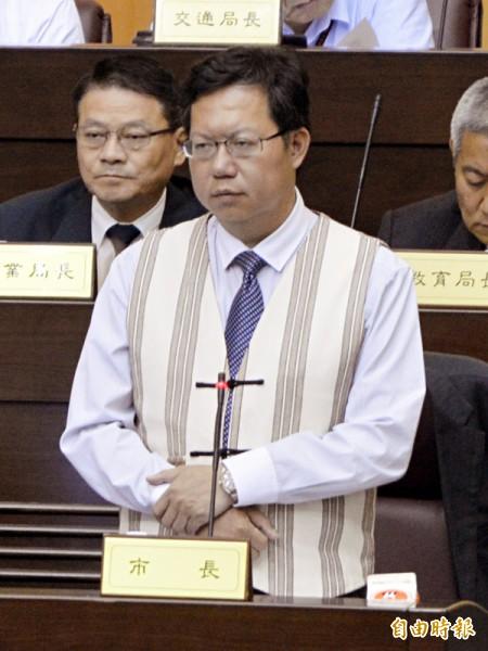 桃園市長鄭文燦穿著原住民服裝答詢。(記者謝武雄攝)