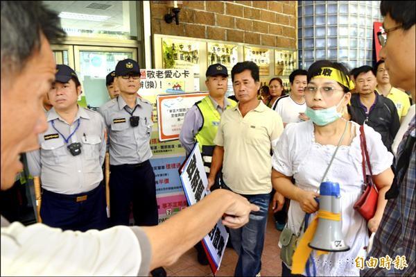 支持拆大樓的民眾(圖左),與抗議的權益人叫罵(圖右)。(記者張瑞楨攝)