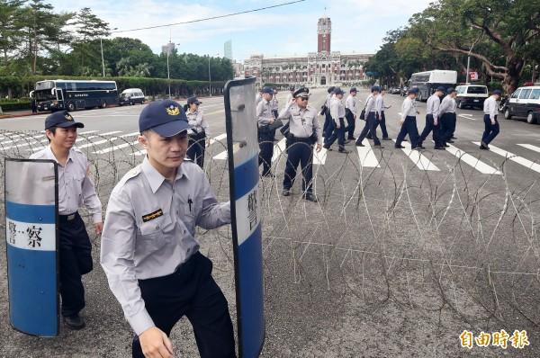 警方調派警力拿著盾牌待命。(記者廖振輝攝)