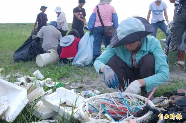 台南社大長期在台南海灘進行海廢監測,保麗龍垃圾污染環境高居首位。(記者蔡文居攝)