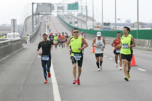周六國五馬拉松,國五北上蘇澳到宜蘭段從凌晨一點封閉到下午兩點。(照片由宜蘭縣政府提供)