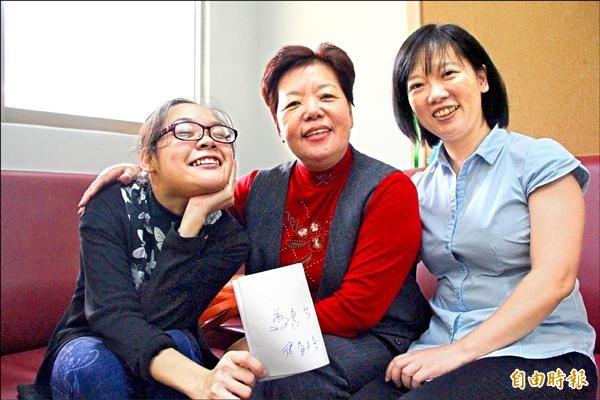 稻江科技暨管理學院幼教系主任張子嫺(右)支持鄭惠芬(左)繼續求學。(記者林宜樟攝)