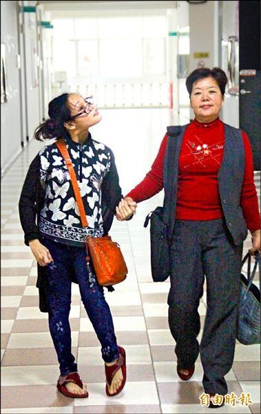 林綉絨(右)陪著女兒鄭惠芬(左)走過漫長的復健路。(記者林宜樟攝)