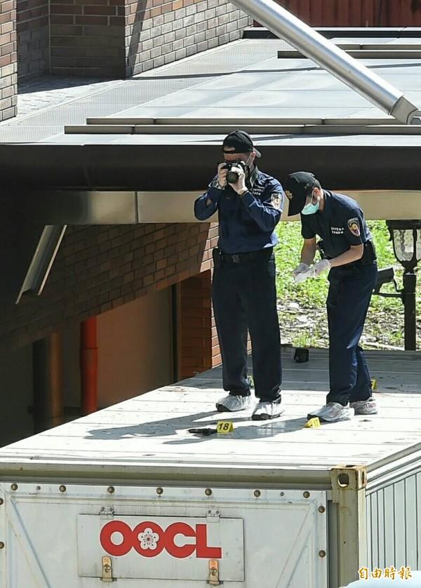 知名美福肉品公司今天上午召開家族會議,爆發家族間重大槍擊案,警方初步勘驗現場發現,遭老四槍擊的老三,當時眼見老二遭槍擊,出面制止老四,也被槍擊,身上進出彈孔共有5個(頭部4個、肩膀1個),研判至少2槍以上。(記者張嘉明攝)