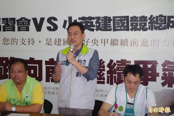民進黨雲林縣黨部主委許根尉(中)抨擊馬習會全程黑箱,恐損及台灣利益。(記者林國賢攝)