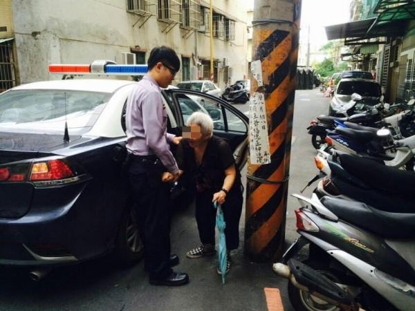 員警載李婦在家附近繞,助她喚回記憶。(記者黃捷翻攝)