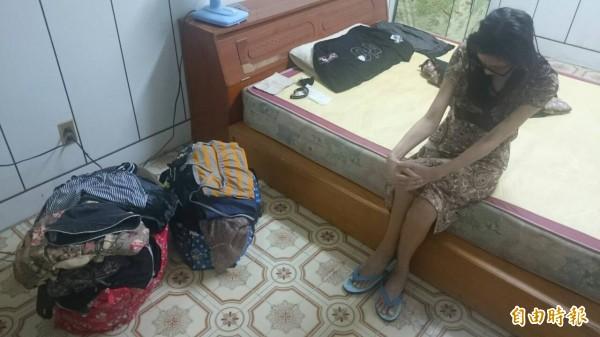宋婦住在不到10坪的雅房,所有家當都放在兩袋行李中。(記者王捷攝)