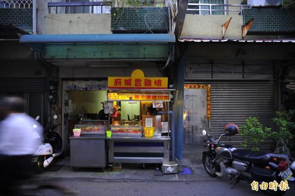 唐姓房東與妻子開的的雞排店就在宋女的租屋處一樓,還好有房東接濟,否則宋女可能餓死在房內。(記者王捷攝)
