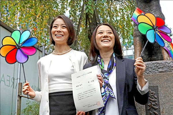 日本前寶塚明星東小雪(左)和她的伴侶增原裕子(右),5日領到澀谷區公所發給的日本全國第1張「同性伴侶證書」,即相當於婚姻關係的證明。(法新社)