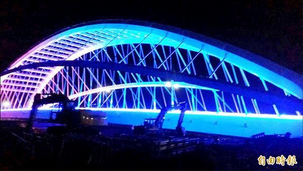 「三角湧大橋」橫跨三峽河,建有人行步道及夜間炫彩光雕,將成為三峽河特色地標。(記者張安蕎攝)