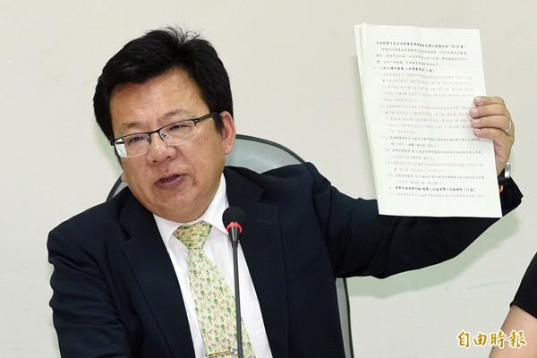 民進黨立委李俊俋說,下一代的幸福該讓下一代決定,而非由支持度破底的馬來決定。(資料照)
