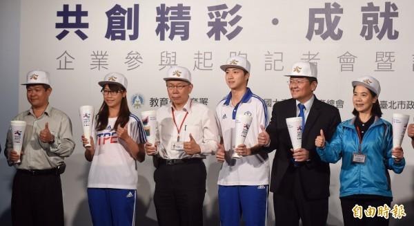 台北市長柯文哲(左三)參加台北世界大學運動會企業參與起跑活動,並與射箭金牌選手熊梅茜(左二)、桌球金牌選手江宏傑(右三)等,一同為世大運加油。(記者劉信德攝)