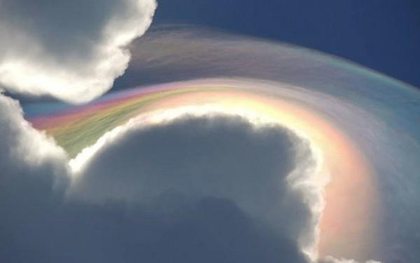 一名遊客在牙買加發現無敵美景彩虹雲。(圖擷取自《電訊報》)