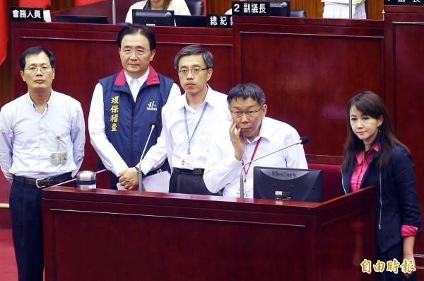 柯文哲出席議會市政總質詢,坐著接受詢質。(記者方賓照攝)
