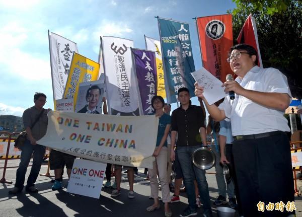 經濟民主連合召集人賴中強(右)6日在凱道上召開記者會,呼籲民眾一起參加1107「停止貨貿談判,抗議馬習會遊行」。(記者王敏為攝)