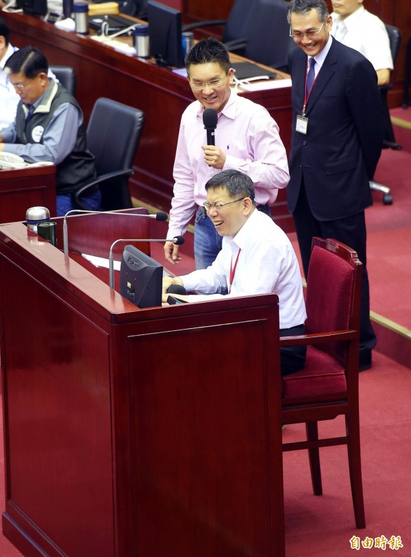 台北市長柯文哲(前)6日前往議會做市政總質詢,議員童仲彥(中)邀請他坐下談。(記者方賓照攝)
