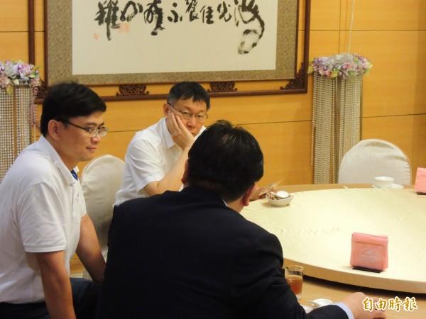 柯文哲與陳菊午宴,提早半小時到場,菊系立委參選人賴瑞隆(左一)先行陪同。(記者黃旭磊攝)