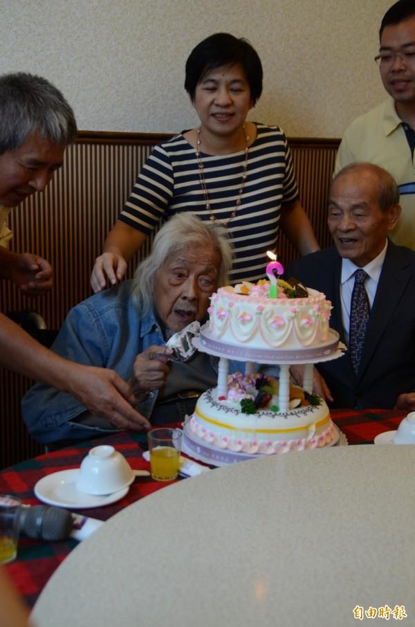 史明即將歡度98歲生日,今天支持者為他暖壽。(記者顏宏駿攝)