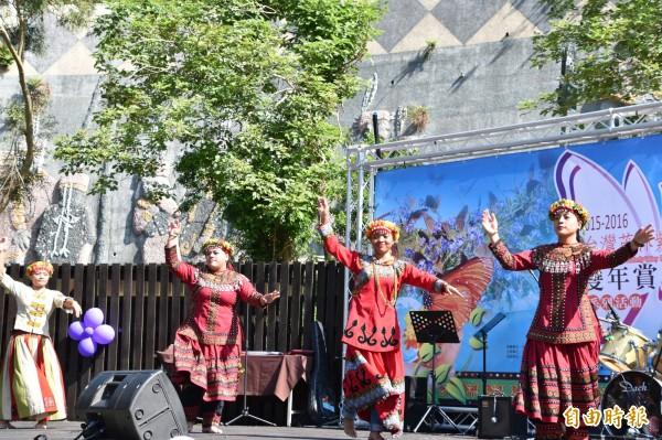 茂林魯凱族少女載歌載舞,歡迎紫斑蝶造訪茂林。(記者蘇福男攝)