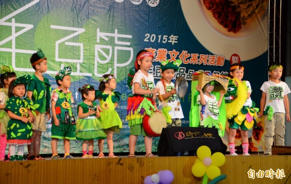 毛豆寶寶創意造型走秀為選美活動暖場,小朋友的可愛模樣,也贏得喝采。(記者吳俊鋒攝)