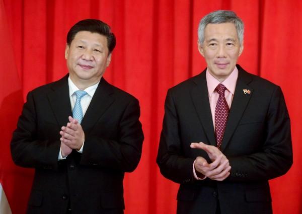 今天是新加坡與中國建交25週年,中國國家主席習近平訪問新加坡,他今天上午到新加坡國立大學演講。圖右為新加坡總理李顯龍。(路透)
