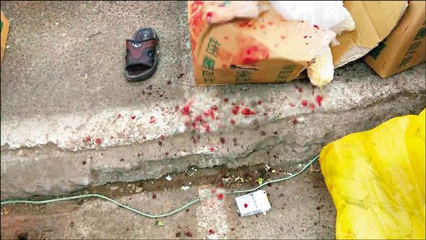果菜市場傳攤商互砍,現場血跡斑斑。(記者方志賢翻攝)