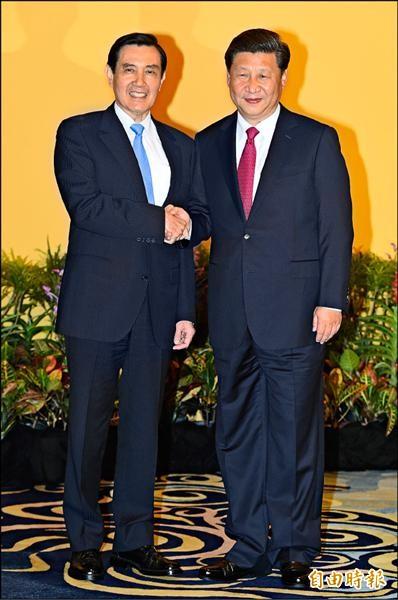 馬英九總統(左)昨日在新加坡香格里拉酒店與中國領導人習近平(右)會面。(特派記者廖振輝攝)