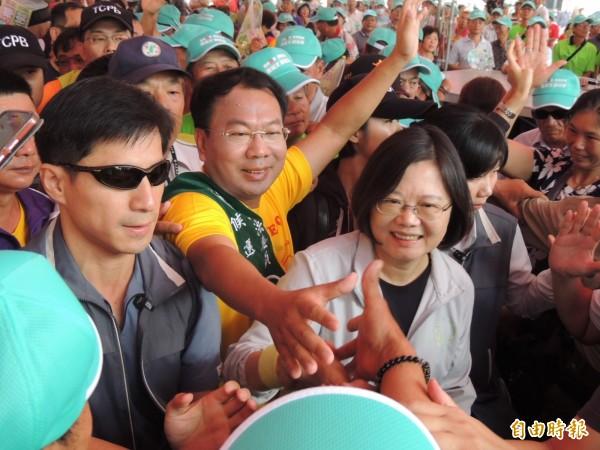 蔡英文出席謝志忠競選總部成立受到支持者熱烈歡迎。(記者歐素美攝)
