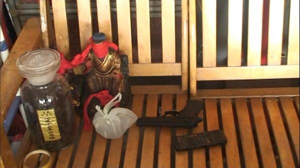 員警在宮廟裡搜出一把具有殺傷力的空氣槍。(記者黃佳琳翻攝)