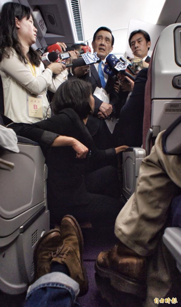 總統馬英九在機上受訪,竟口誤說自己也是習近平幕僚之一。(記者劉信德攝)