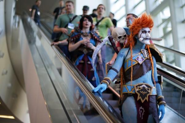 許多參與者打扮為《魔獸》裡的人物參加暴雪嘉年華。(美聯社)