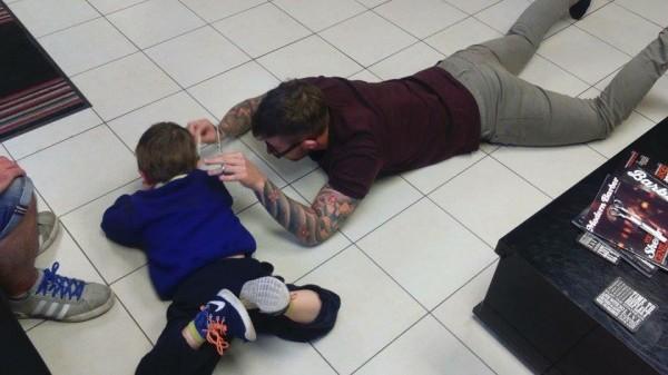 威廉斯在小梅森趴在地上時,陪他一起趴在地上,此時小梅森不再抗拒了。(圖片擷取自臉書)