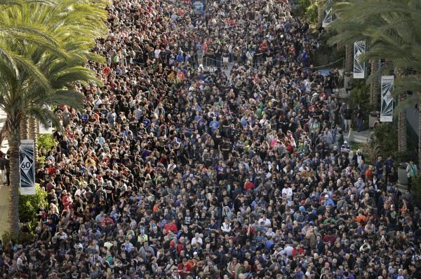 上千名民眾在加州安那漢會議中心外等著參加暴雪嘉年華。(美聯社)