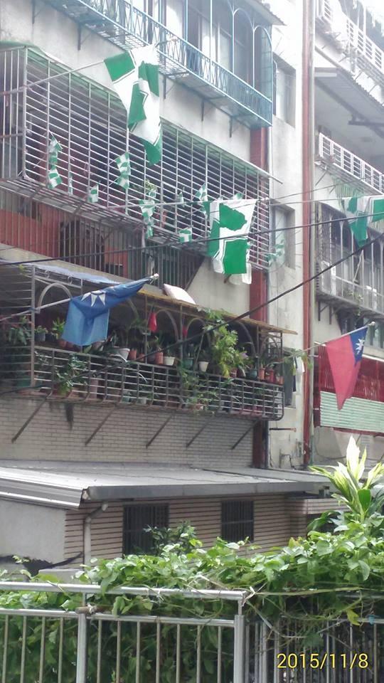 一棟公寓掛滿不同的旗幟。(圖擷自爆料公社)