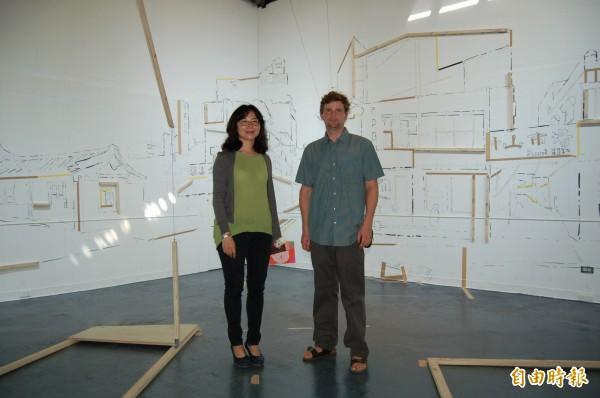 米哈(右)用木頭、線條、圖畫架構虛擬出蕭壠的街道景觀,建立3D立體空間。(記者楊金城攝)