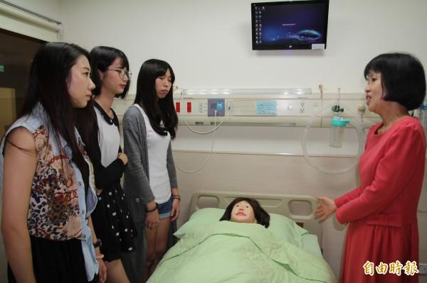護理系主任陳淑齡(右)利用說明會空檔帶五專生參觀嶄新的弘光臨床技能檢定中心 。(記者張軒哲攝)