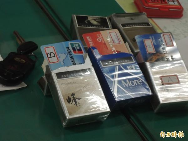 車手將銀聯卡放置在香菸盒裡企圖矇混。(記者廖淑玲攝)