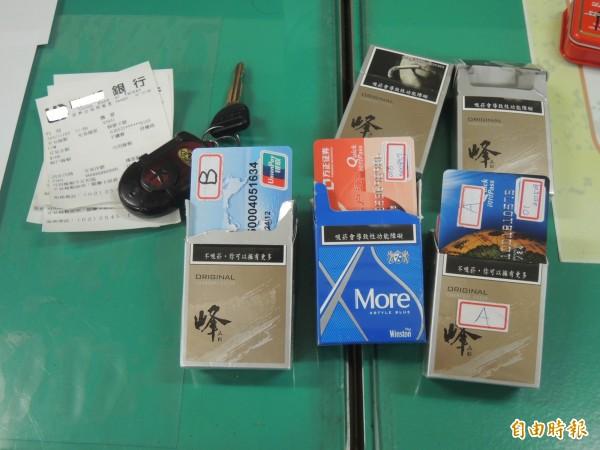 警方查扣一大疊假造的銀聯卡,還有銀行領款的收據。(記者廖淑玲攝)