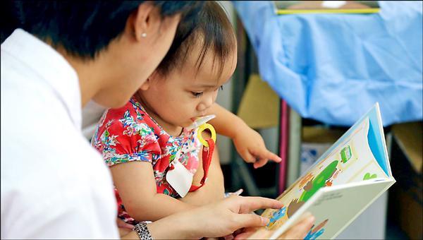 台北醫學大學醫學生到高雄那瑪夏區,推廣親子共讀,盼從醫學角度,讓當地原住民了解學齡前教育的重要性。(聯合醫學基金會提供)