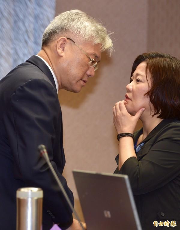 陸委會主委夏立言(左)9日上午列席立法院內政委員會,報告「馬習會」並答詢。會前與副主委吳美紅(右)交換意見。(記者羅沛德攝)