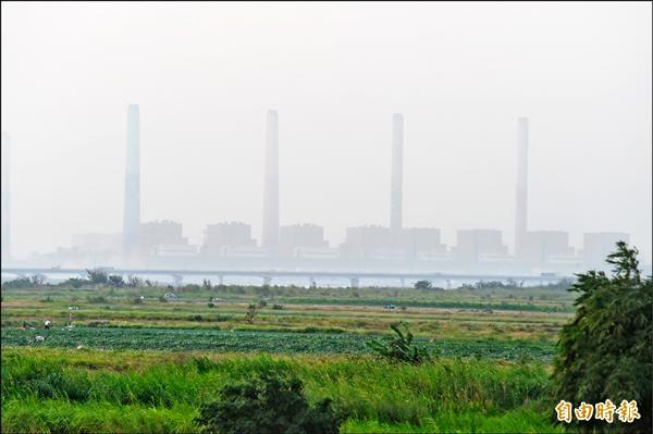 中部地區最近空氣污染嚴重,台中火力發電廠前日應台中市府要求降低發電量,為電廠設廠廿七年來首次降載。(記者廖耀東攝)