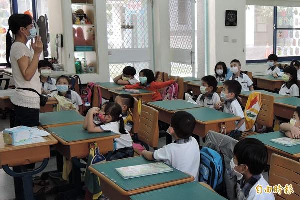 空氣品質糟,有教師在掛出紫色空污旗後請學生戴口罩上課,確保學生校園安全。(記者蘇孟娟攝)