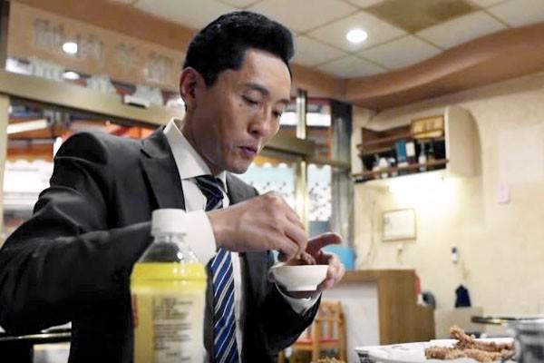 日劇「孤獨美食家」到全台小吃部取景,品嘗美食。(記者朱則瑋翻攝)