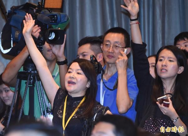 馬英九7日在新加坡香格里拉飯店與中國大陸領導人習近平會面。雙方領導人對談後,馬總統召開記者會說明,名嘴周玉蔻(左)在會中一再強勢要求提問。(記者廖振輝攝)