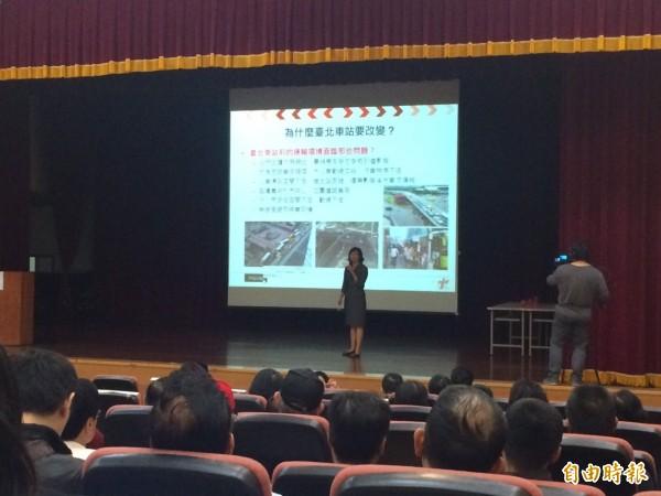台北市交通局長鍾慧諭說明西區門戶計畫的交通改善狀況。(記者郭逸攝)